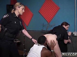 MILF på knæ blowjob og 69 sprøjt rå video fanger officer pløjning af en deadbeat far.