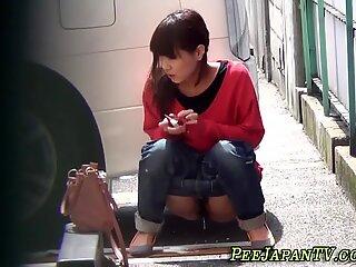 Bizar asiatisk luder tisse i bil park