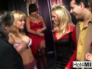 En bande-hook-up sensation med Anna, Angelika, Britney og Valery!