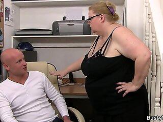 Huge Boobs Woman arbejder hårdt på hans pik