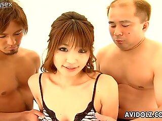 A sedutora quente de japonesas Ai Kurosawa gosta de mamilos lambendo