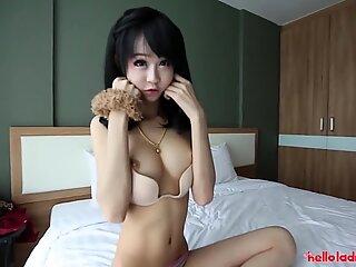 Helloladyboy lille storbarmet asiatisk kina dukke tager en stor belastning