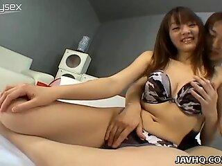 Pantabel Asiatisk Kælling Maki Ishizaka får hendes skæggede Fisse fondled