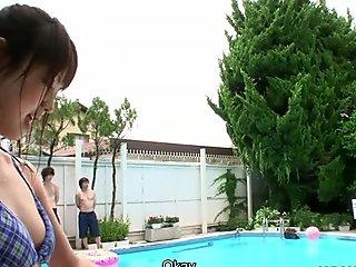 Kinky japansk killar har super otäck orgie kuk med vilselös asiatisk brudar i poolområdet