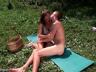 Solbrun Bedstemor slams hendes skaldede Fisse på en ivrig ung pik, der elsker det UDDENDØR