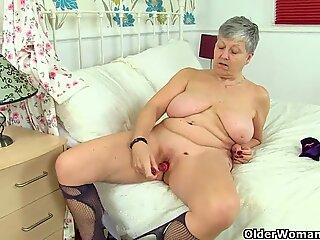 Engelsk Grannies Savana og Zadi elsker en god dildo fuck