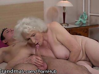 LustyGrandmas Sensuale Grannie usa la cella non rasata per guidare giovane verga