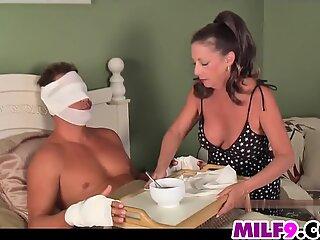 La madre aiuta il suo figlio del passo