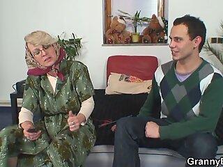 Ensom gammel sengetemor glæder sig til en ung fyr