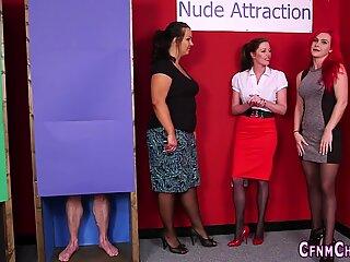 Lei vestita lui nudo amante succhiare