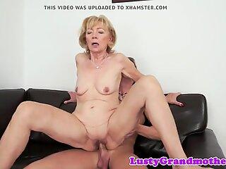 Lo sperma amorevole nonna gode di succhiare verga