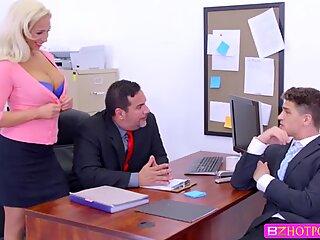 Slutty Sild Olivia får hendes hvide Fisse knppet hårdt af hendes kok