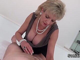 Unfaithful Engelsk Milf Lady Sonia viser sine store hooters
