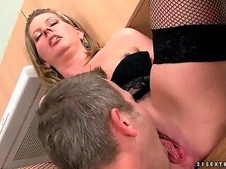 Steppemor giver blowjob og bliver kneppet i Køkken