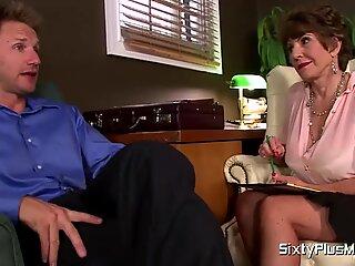 MILF Sexologist Fucks Hendes Patient af SixtyPlusmilfs