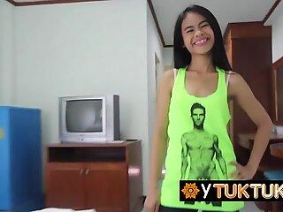 La troia dell'adolescente tailandese prende il suo ano leccato e la sua figa lubrificata