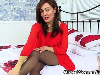 Engelsk milf kitty creme er din sexede dame i rød uden knickers