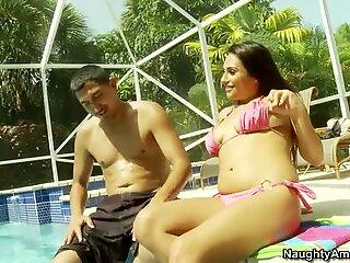 عاهرة رديئة ريكي نيكس تنضم إلى الرجل في حمام شمس بالقرب من حمام سباحة
