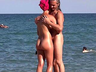 Sexy nudista kočky opalování nahý na pláži