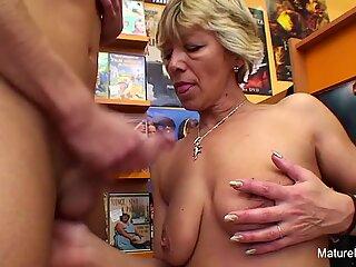 Sexet blondine moden fucks ham i videoforretningen