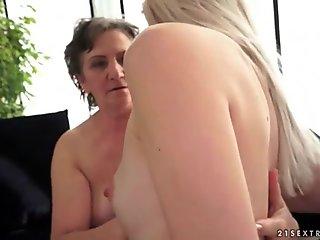 Ung blondine elsker buttet behåret bedstemor