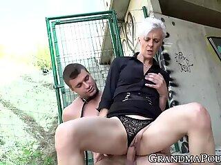 Isoäiti domina runkka pois päältä ennen rattsastus levitetty Muna