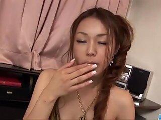 Озорные Сакура Хирота играет со своей теплой пизда