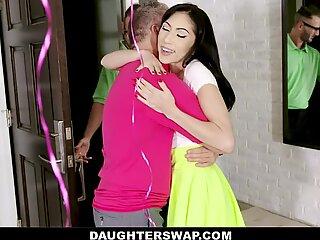 Daughtswap - Biseksuel Teenagere har orgie med Hung Dads