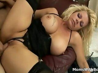 Bigtit mor i smukke undertøj modtager hårdt fisse fucking