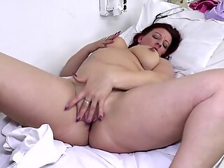 Natural mature mom with very thirsty cunt