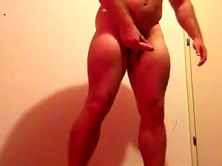 Sexet bodybuilder nøgen svedig bøjning i garage. enestefansbeefbeast muskelbear tyr hot guy sexet top behågen dominerende hang stor diller gigant pik stor nosser bøjning poserende biceps muskler tyr