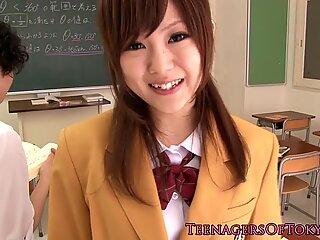 Japansk skolepige suger pik i klasseværelset