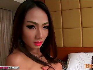 Ladyboy nyder stripper og viser hendes smuk pik og røv - ladyboydream.badekar
