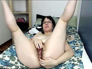 Chubby mature babe dildos her hairy ass on webcam