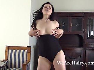 Ella martin strippailut alasti hänen shakkipöydässä