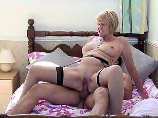 Moden Slut Mor Suck og Fuck Young Guy