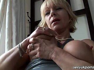 Britisk Milf Jane Bond kommer ud med sin dildo