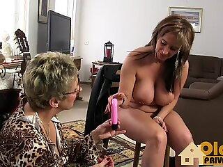 Vecchie lesbiche con i giocattoli