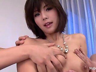 Japansk Cutie får ansiktet hennes og pupper med Sæd