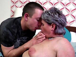 Vecchia mamma Seduce Young Fortunato Ragazzo