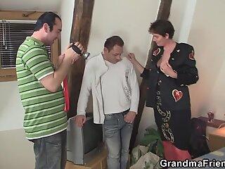 Κινηματογράφουν πολύ παλιά γιαγιού Τρίο
