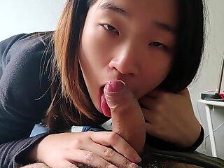 Sød Asiatisk Sild suger hendes Kæreste's White Pik og tager en ansigt Første Personer Synsvinkel